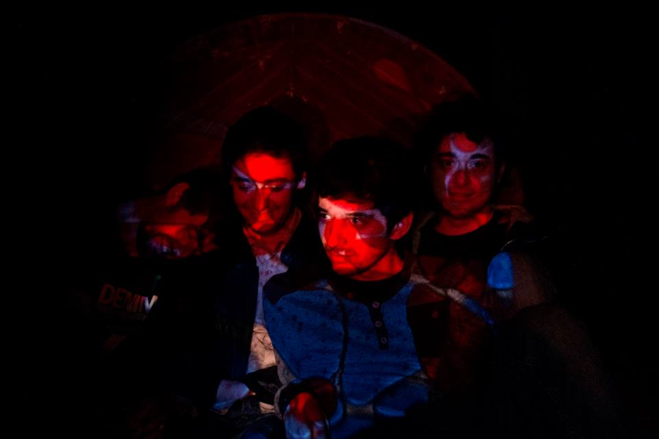 Carlos, Jau, Juancho i Xesc formen astrolabio. (foto cedida per Espora Records)