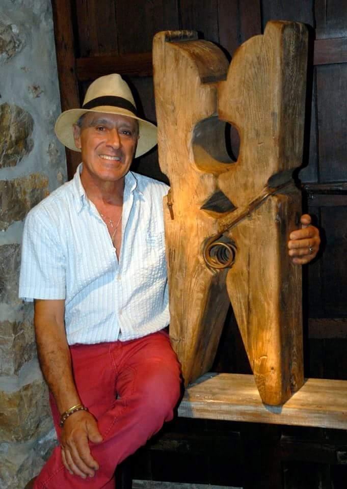 L'artista del Taujart 2015 que va convidar el Goletart per a l'edició d'enguany, Ricardo Sacco, amb una de les obres que hi exposava. (foto per Juan Antonio Montañez)
