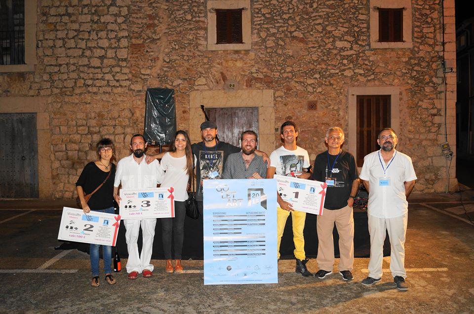 Artistes premiats i membres de l'Organització del Goletart es varen fer la foto de família a l'acte de cloenda.